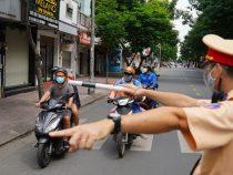"""Muôn kiểu chống chế lệnh giãn cách của các """"thánh yêu thể dục"""" ở Hà Nội: Khi cái bánh mì, mớ rau và cả vợ… thành đạo cụ diễn xuất"""